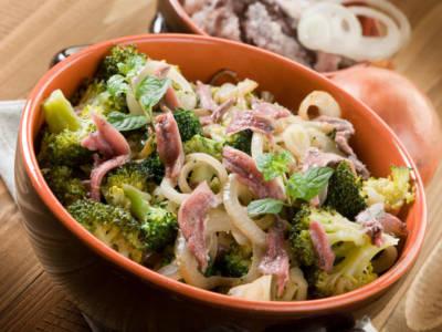 Broccoli 'affogati': un contorno tipico siciliano a base di verdura, vino, toma e alici