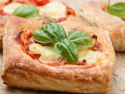 Ma quanto sono buone le pizzette di pasta sfoglia? Ecco la ricetta veloce!
