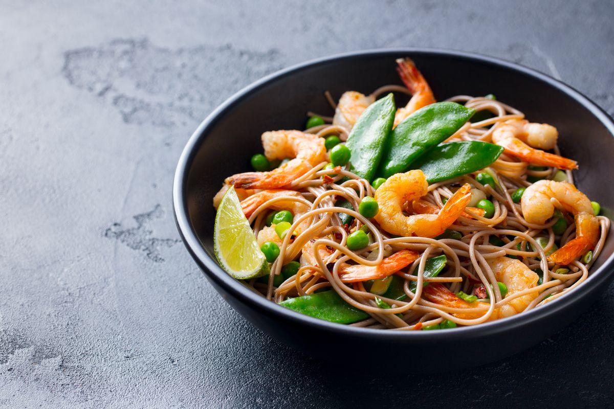 Noodles gamberi e piselli