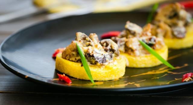 I crostoni di polenta con radicchio rosso saltato sono fantastici (e senza glutine)
