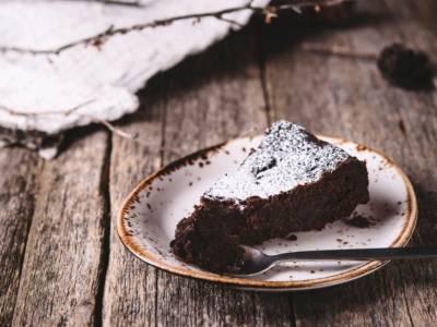 Torta di pane raffermo al cioccolato: il dolce di recupero semplicemente perfetto