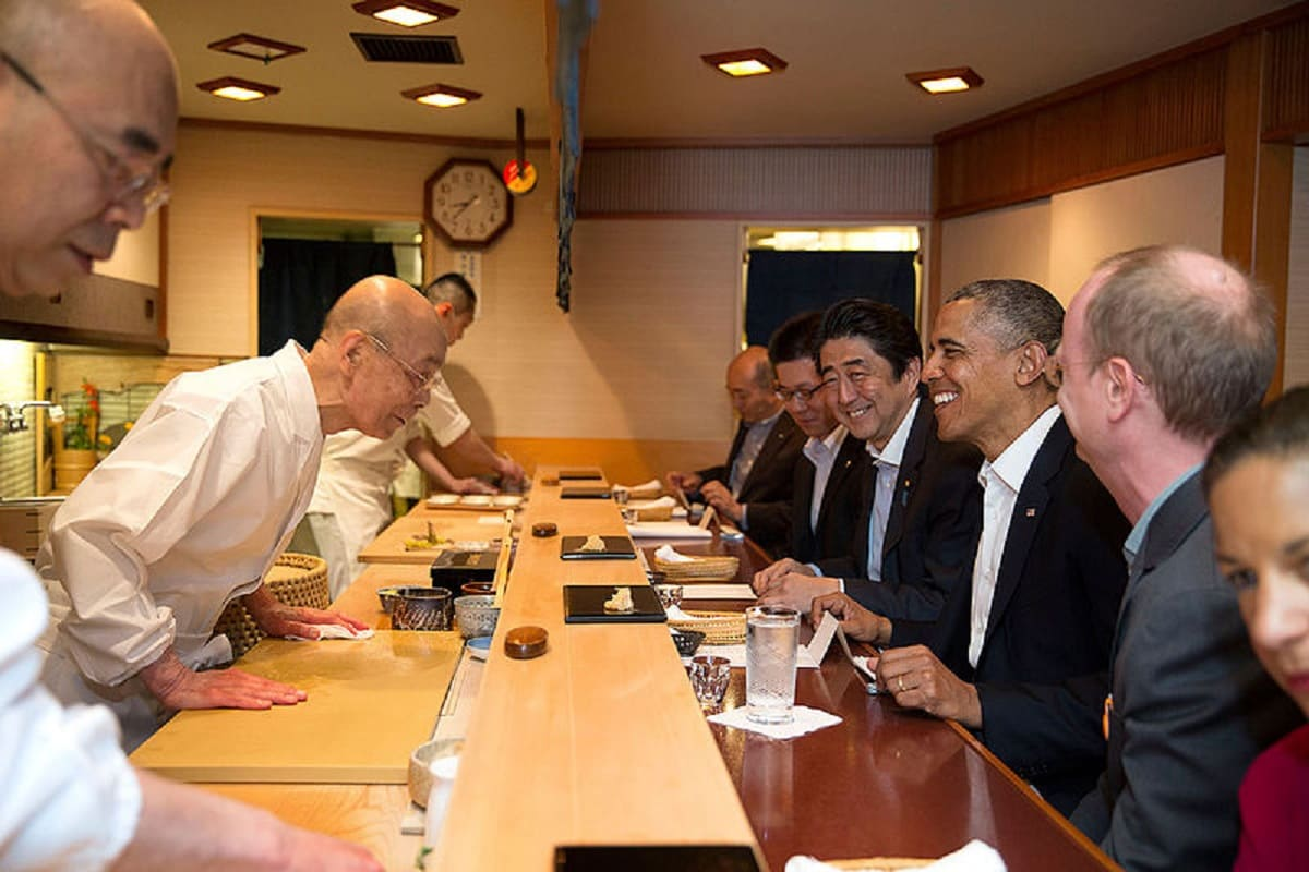 FONTE FOTO: https://it.m.wikipedia.org/wiki/File:Barack_Obama_and_Shinzo_Abe_at_Sukyabashi_Jiro_April_2014.jpg
