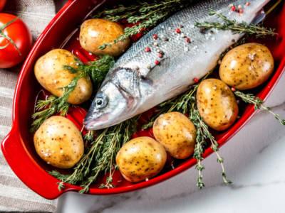 Un piatto che sa di casa: ecco il branzino al forno con patate al profumo di zenzero