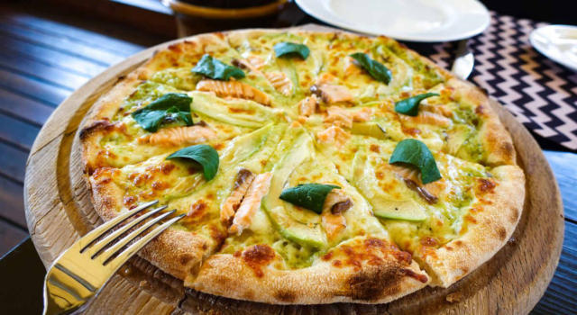 Pizza senza glutine con farina di sorgo: la ricetta con avocado e salmone