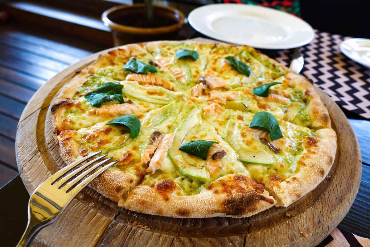 pizza di sorgo con avocado e salmone