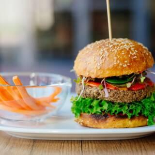 Hamburger vegano fatto in casa per una cena fast food 100% veg
