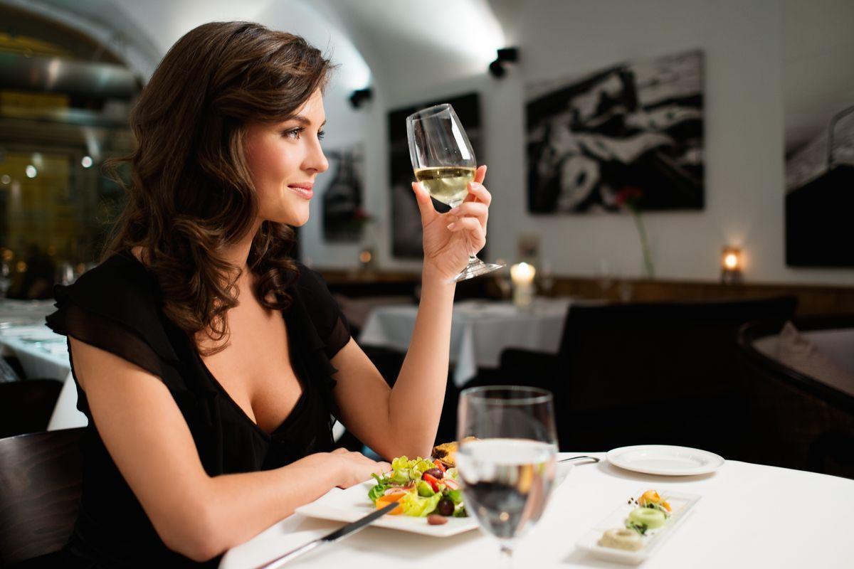 Donna da sola al ristorante
