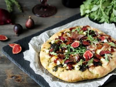 Pizza con fichi, rucola e granella di noci