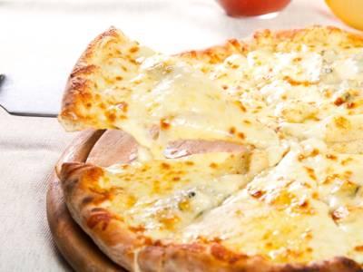 Pizza ai quattro formaggi fatta in casa: davvero irresistibile