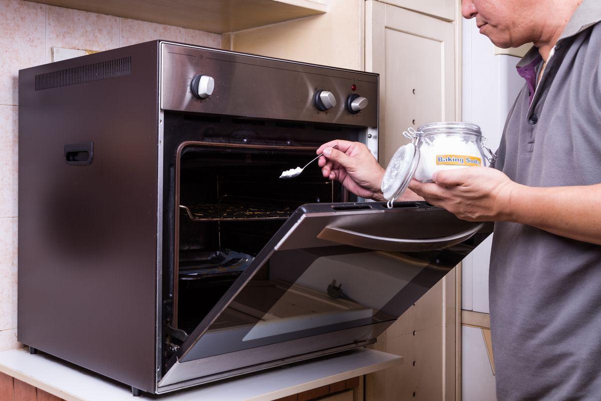 pulire il forno con il bicarbonato
