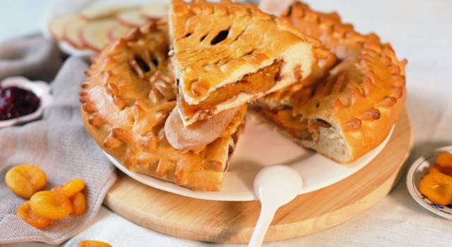 Crostata chiusa di albicocche: uno scrigno di sapore