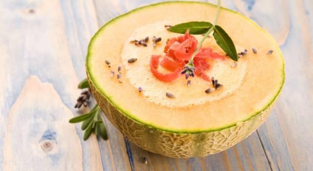 Fresco ed estivo: ecco come preparare il gazpacho di melone con prosciutto crudo