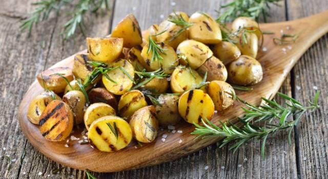 Buonissime, croccanti e da abbinare a secondi di ogni tipo: sono le patate grigliate!