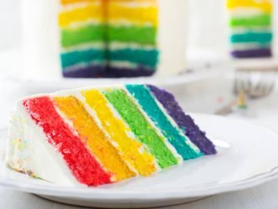 Torta arcobaleno facile: ecco la ricetta della Rainbow Cake alla portata di tutti