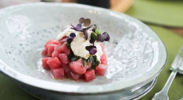 Tartare di tonno fresco con stracciatella e pistacchi, profumata all'arancia
