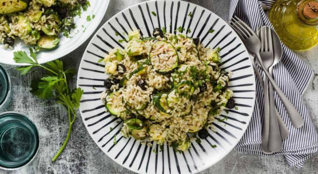 Ricetta dell'insalata di riso con zucchine, avocado e olive: un piatto unico sempre buono!