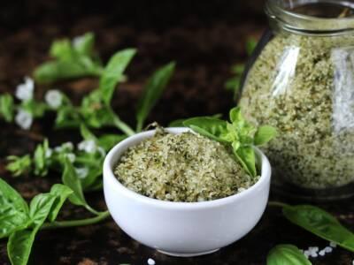 Sale aromatizzato al basilico: la ricetta per insaporire con fantasia e gusto