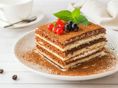 Biscotti, crema al burro e caffè: la torta mattonella è la più buona che c'è