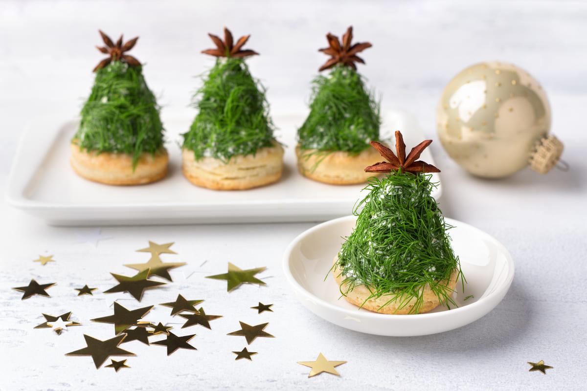 Antipasto ad albero di Natale con cracker e formaggio