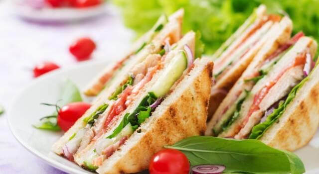 Come fare club sandwich: la ricetta originale a tre strati