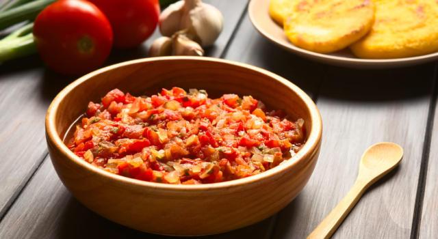 Fresca e saporita, la salsa criolla è perfetta con la carne (e non solo)