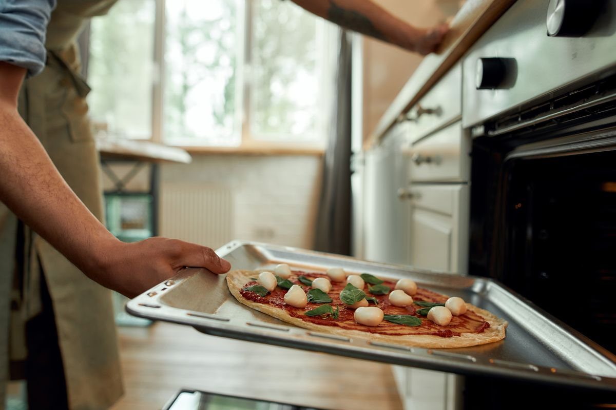 cuocere la pizza nel forno di casa