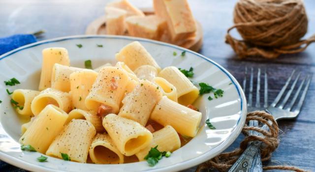 Cercate un primo piatto semplice che non delude mai? Provate i rigatoni cacio e pepe