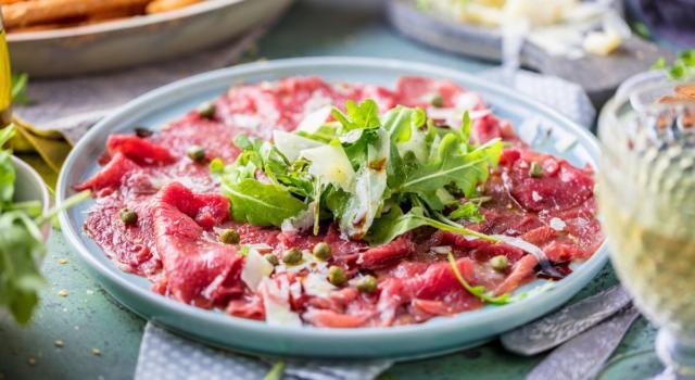 La carne cruda fa male?