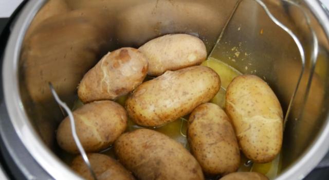 Cuocere le patate in pentola a pressione? Tempi e modi per farlo al meglio