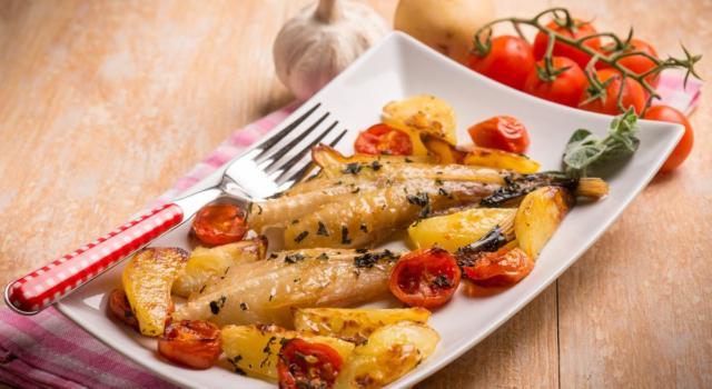Pesce al forno con pomodorini e patate: un buonissimo secondo piatto!