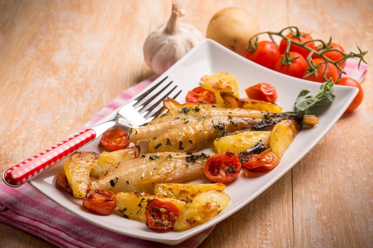 Pesce al forno con pomodorini e patate