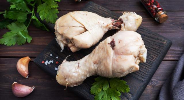 Pollo bollito: come prepararlo e come servirlo