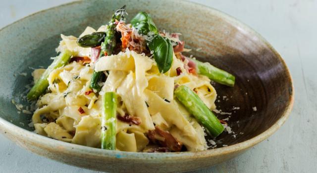 Pasta asparagi e pancetta, un primo piatto da leccarsi i baffi