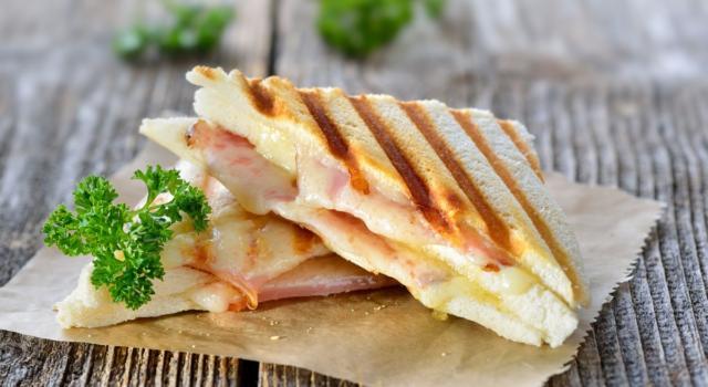 Scopriamo come preparare il toast perfetto, la ricetta salvacena più gettonata