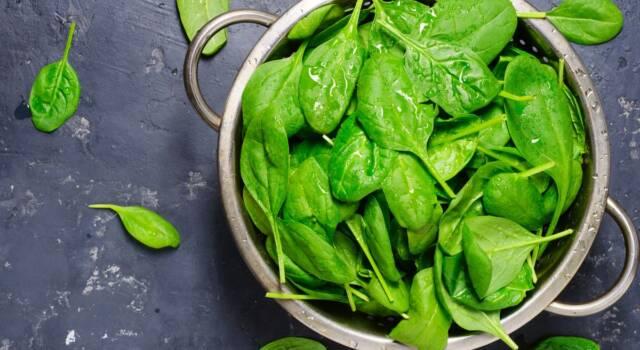 Perché gli spinaci lasciano una strana sensazione sui denti?