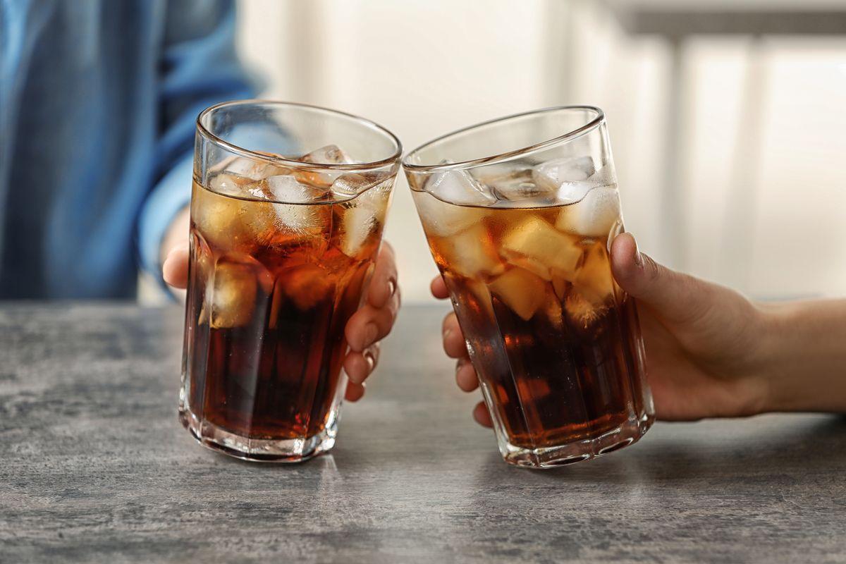 due bicchieri di Coca Cola con ghiaccio