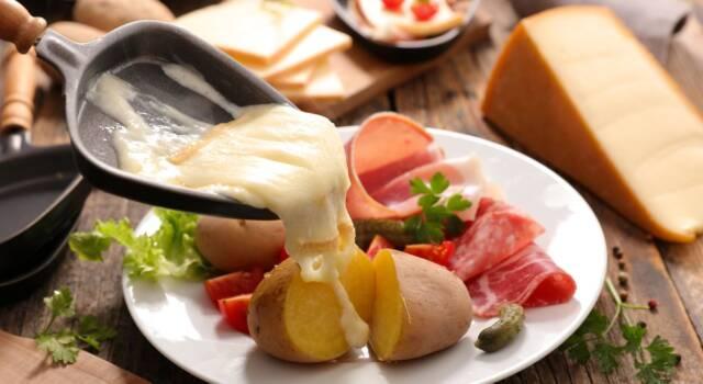 Come fare la raclette? La ricetta svizzera dove il formaggio fuso è il protagonista!