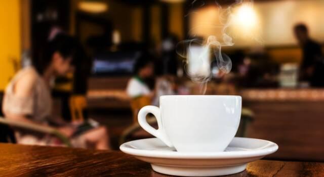Bon ton a tavola fino al caffè: cosa dice il galateo?