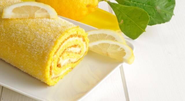 Fresco e leggero, il rotolo al limone è un dolce perfetto per l'estate