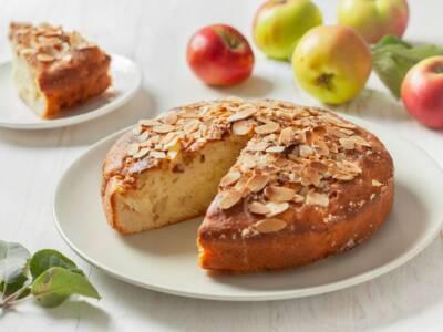 Torta di mele e mandorle: meglio a colazione o merenda?