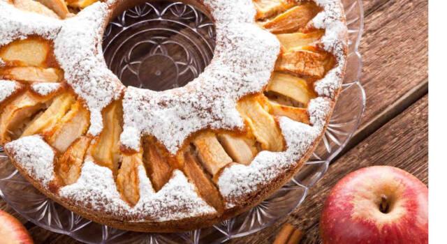 Cosa cuciniamo con le mele? La ciambella soffice con tanta frutta e senza burro