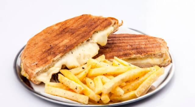 Quanto è croccante (e filante) il toast di patate!