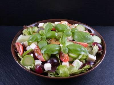 Stanchi del solito contorno? Provate l'insalata uva e cetrioli