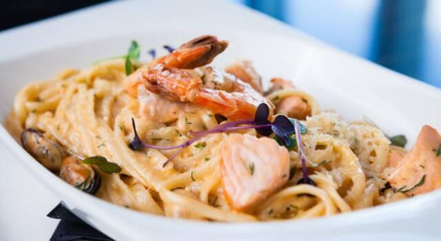 Non c'è primo piatto di pesce più gustoso della pasta salmone e gamberi